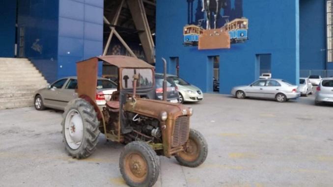 Odgovor na Zvezdin tenk: Dinamo postavio traktor ispred svog stadiona (FOTO)