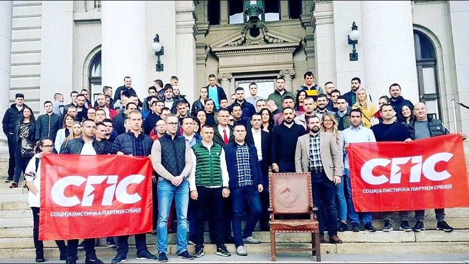 Čačani 5. oktobra ukrali skupštinsku fotelju, omladina SPS je danas vratila