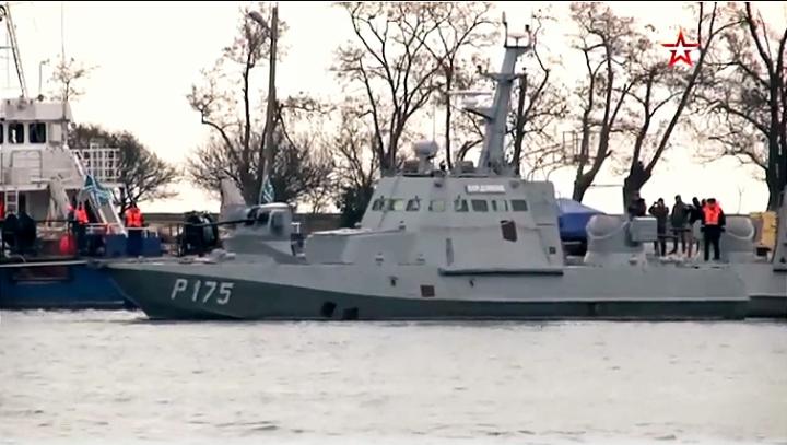 Ukrajinski ratni brodovi prošli ispod Krimskog mosta (VIDEO)
