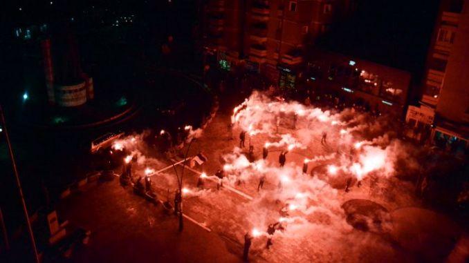 Bakljada u Kosovskoj Mitrovici povodom Vučićevog rođendana (VIDEO)