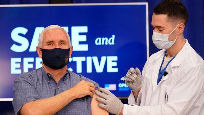 Majkl Pens probio led! Vakcinisao se pred TV kamerama!